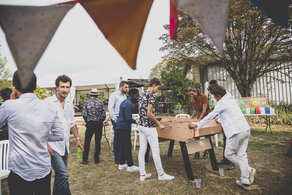 Reportage mariage Haute-Garonne - invités jouent au baby foot - Photographe mariage