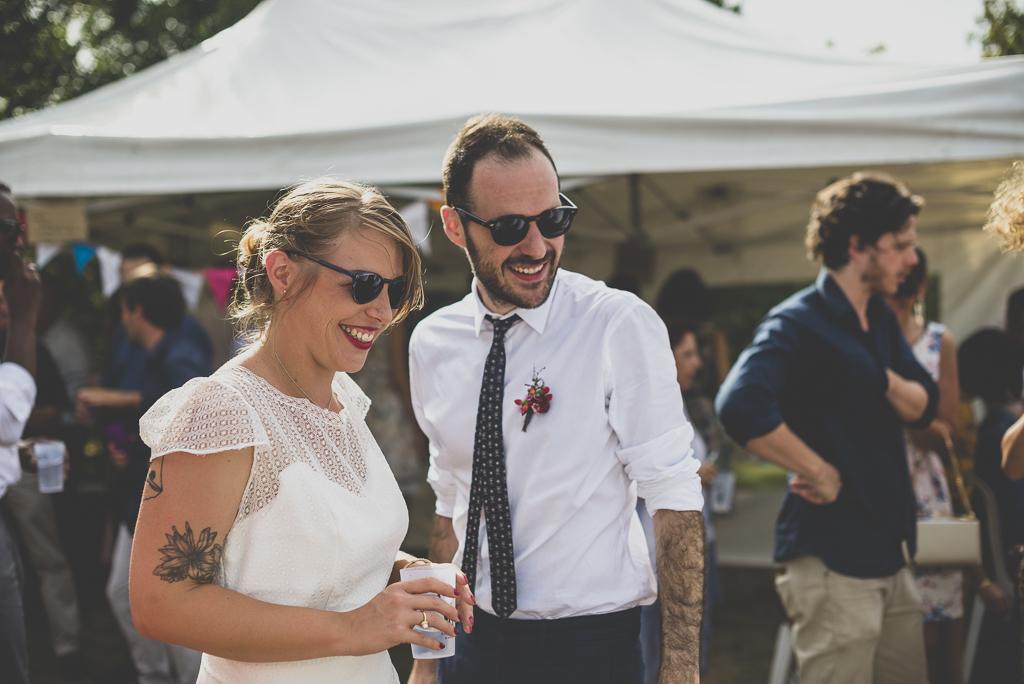 Reportage mariage Haute-Garonne - mariés rigolent pendant vin d'honneur - Photographe mariage