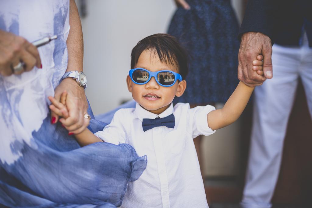 Reportage mariage Haute-Garonne - enfant avec lunettes de soleil - Photographe mariage