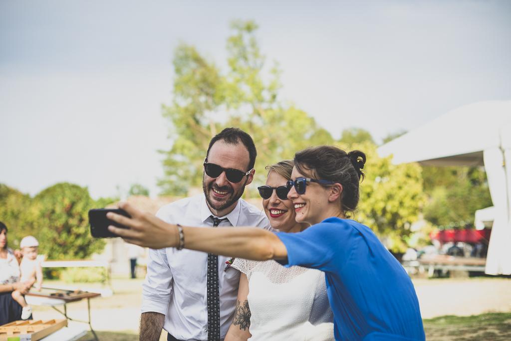 Reportage mariage Haute-Garonne - selfie avec mariés - Photographe mariage