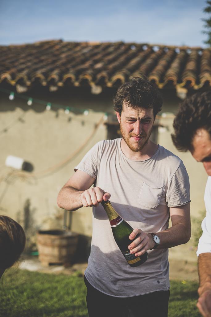 Reportage mariage Haute-Garonne - ouverture du champagne - Photographe mariage