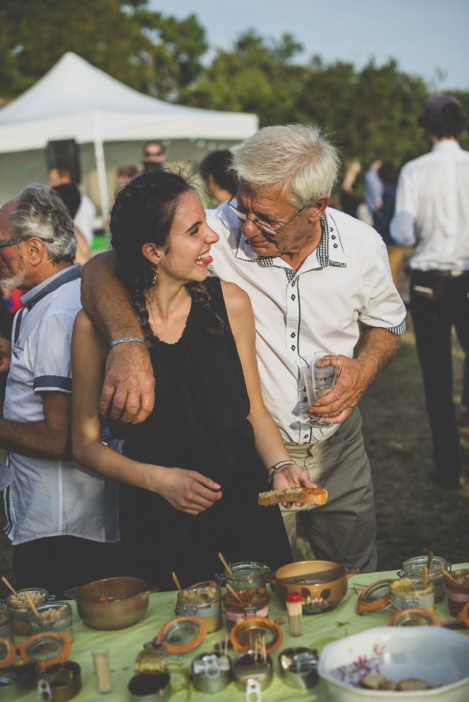 Reportage mariage Haute-Garonne - invités se servent pendant apéro - Photographe mariage