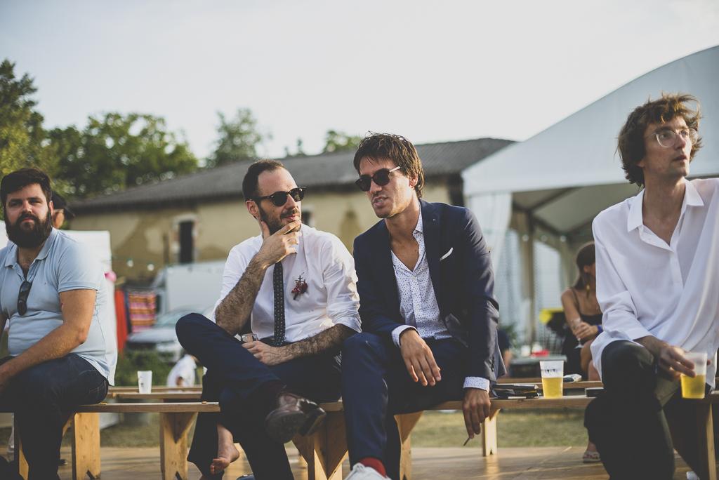 Reportage mariage Haute-Garonne - marié et invités assis - Photographe mariage