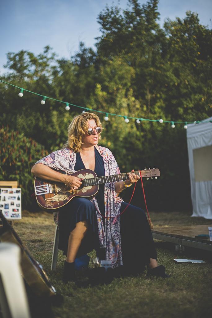 Reportage mariage Haute-Garonne - joueuse de guitare - Photographe mariage