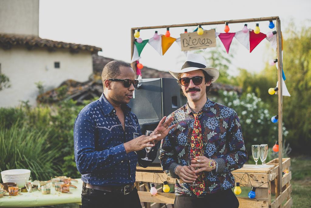 Reportage mariage Haute-Garonne - invités discutent pendant vin d'honneur - Photographe mariage