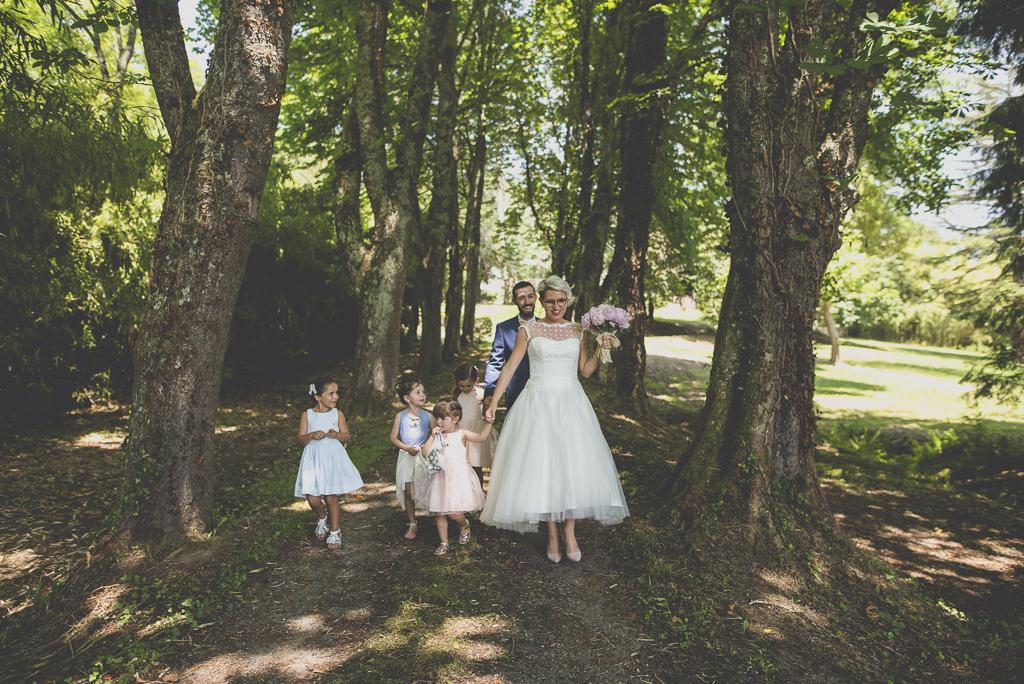 Wedding Photography Haute-Garonne - mariés et enfants dans allée boisée - Wedding Photographer Saint-Gaudens