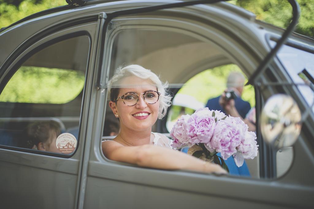 Reportage mariage Haute-Garonne - mariée dans Citroen 2CV - Photographe mariage Saint-Gaudens