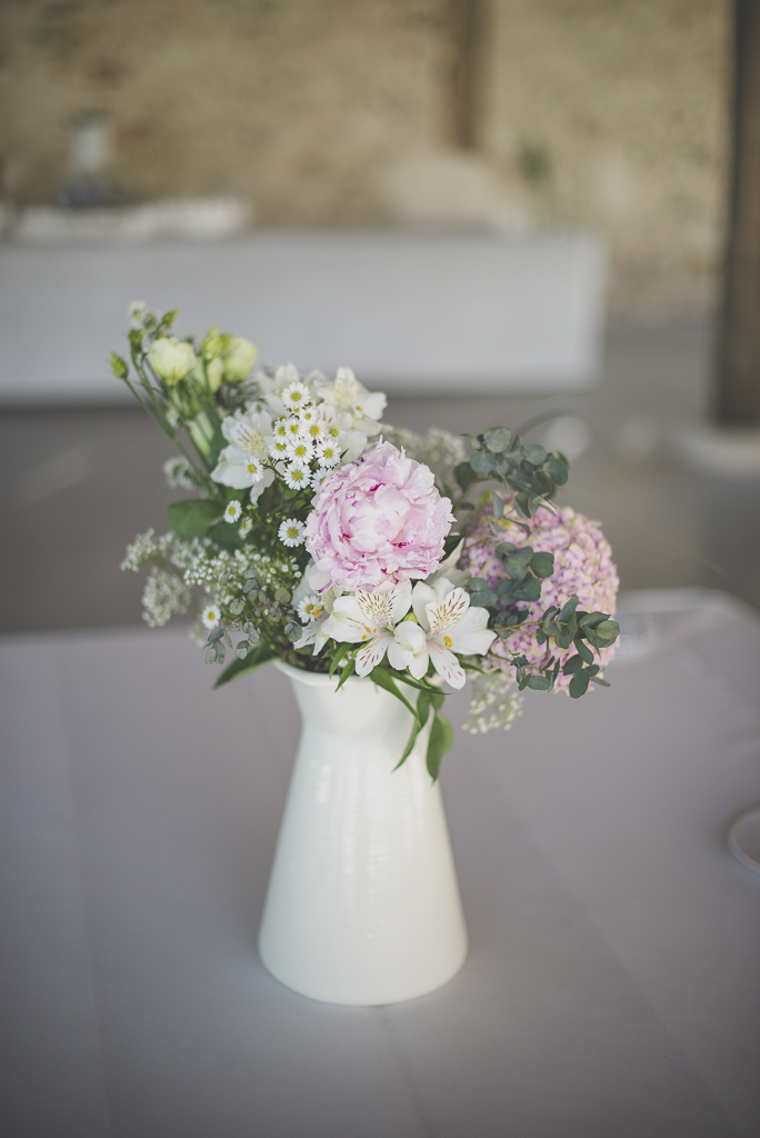 Wedding Photography Haute-Garonne - bouquet de fleurs dans pichet - Wedding Photographer Saint-Gaudens