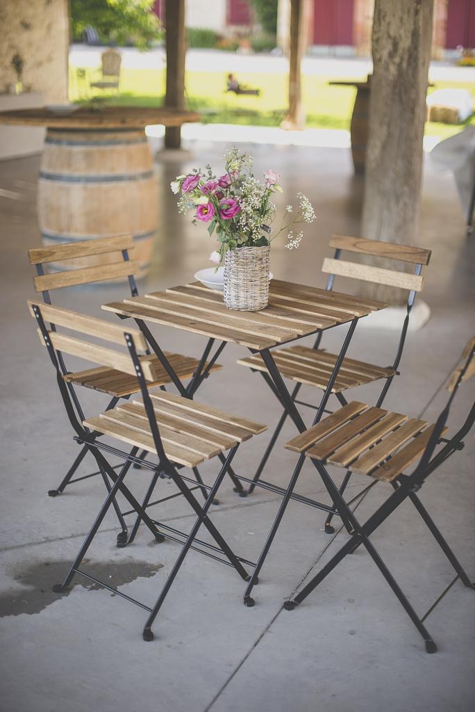 Wedding Photography Haute-Garonne - fleurs sur table en bois - Wedding Photographer Saint-Gaudens