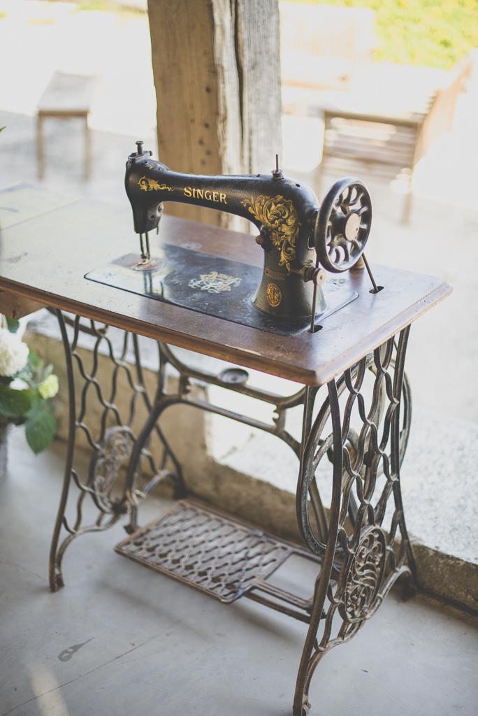 Wedding Photography Haute-Garonne - ancienne machine à coudre Singer - Wedding Photographer Saint-Gaudens