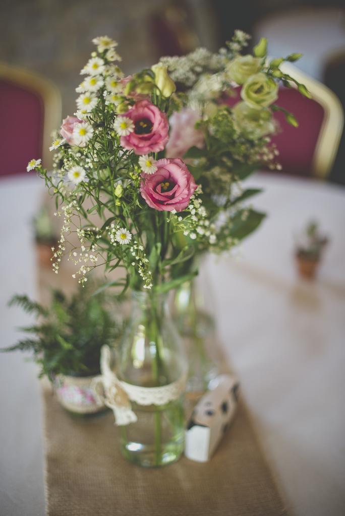 Wedding Photography Haute-Garonne - bouquet de fleurs sur table à manger - Wedding Photographer Saint-Gaudens