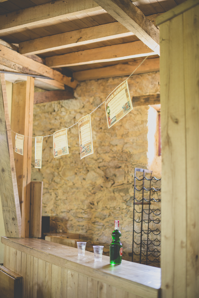Reportage mariage Haute-Garonne - bar en bois avec fanions - Photographe mariage Saint-Gaudens