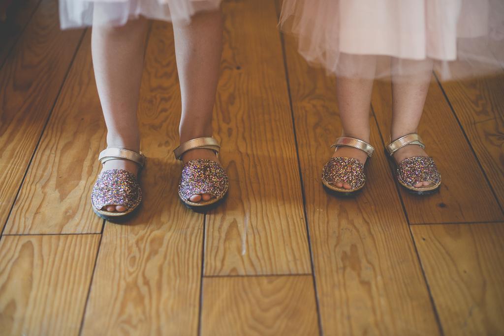 Wedding Photography Haute-Garonne - chaussures pailletées des petites filles - Wedding Photographer Saint-Gaudens