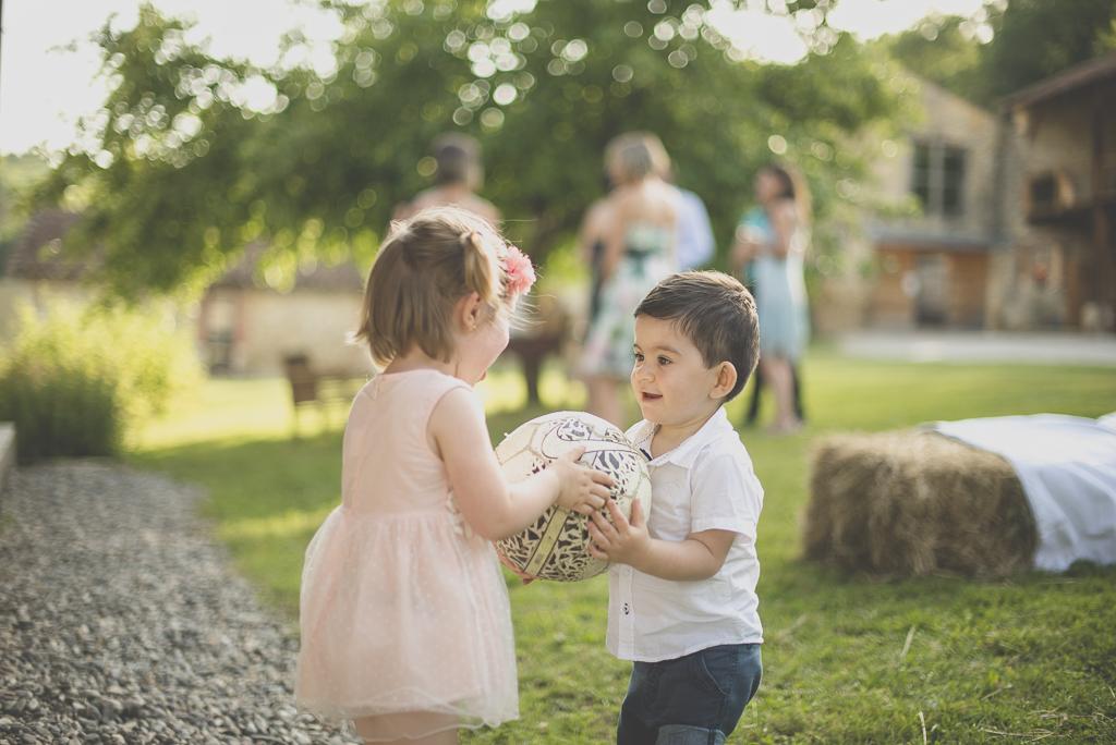 Wedding Photography Haute-Garonne - enfants jouent au ballon - Wedding Photographer Saint-Gaudens