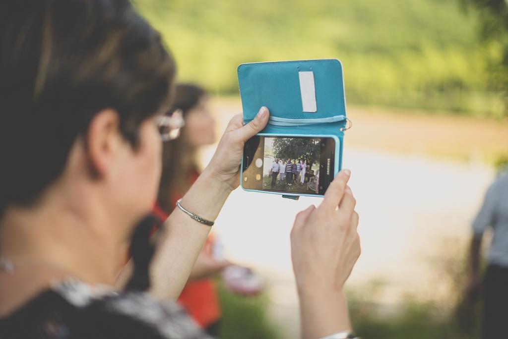 Wedding Photography Haute-Garonne - invité prend photo sur portable - Wedding Photographer Saint-Gaudens