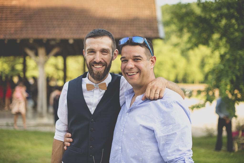 Wedding Photography Haute-Garonne - marié et invité pendant vin d'honneur - Wedding Photographer Saint-Gaudens