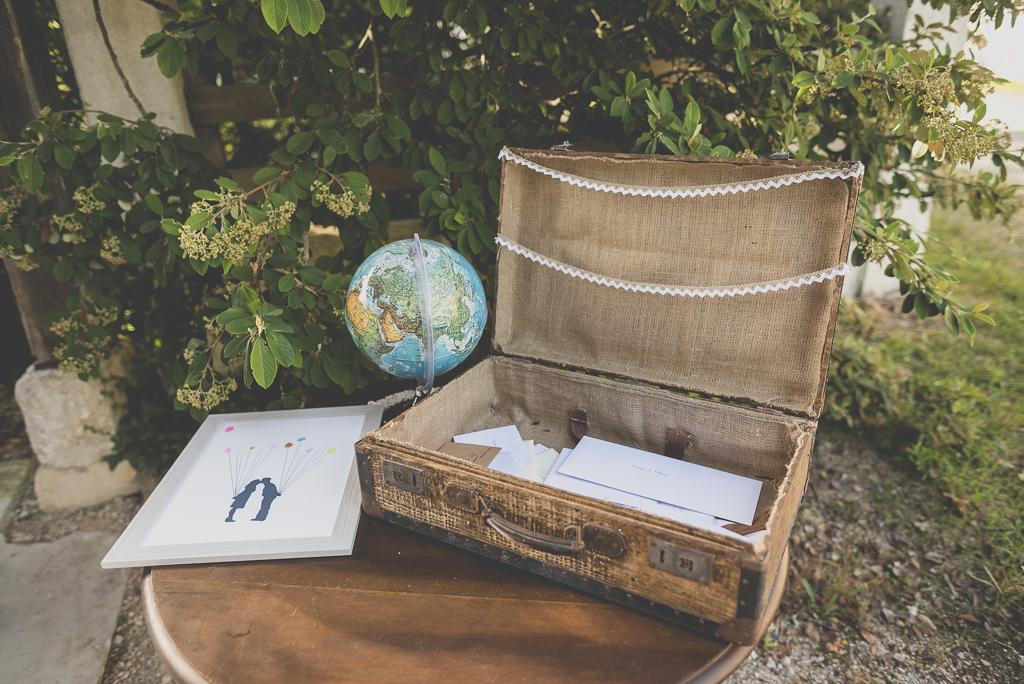 Wedding Photography Haute-Garonne - valise avec enveloppes et dessin avec empreintes - Wedding Photographer Saint-Gaudens