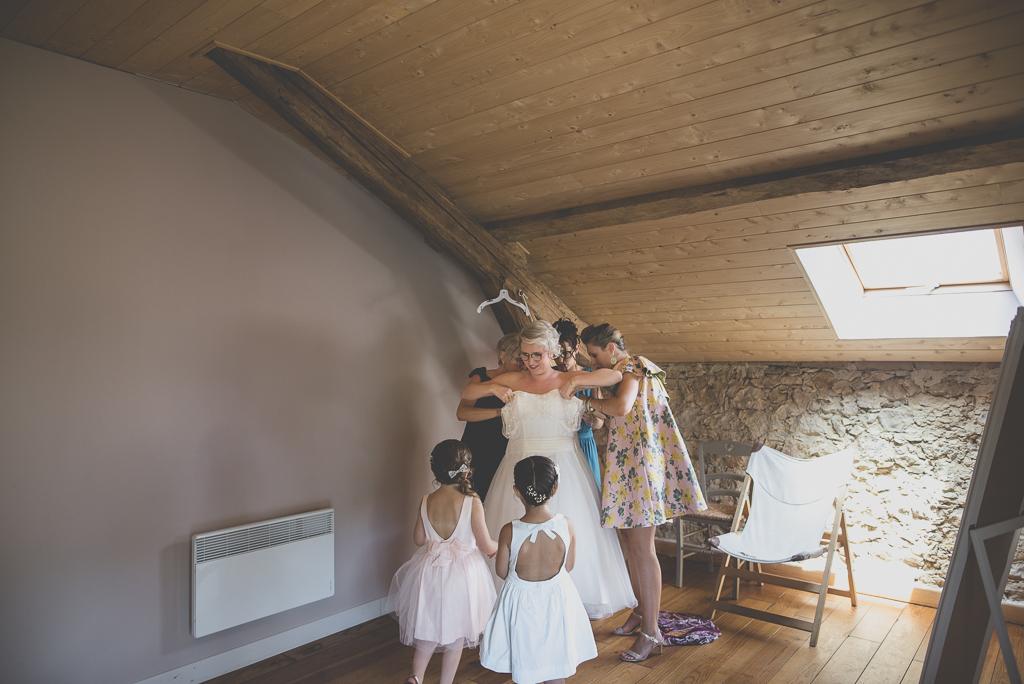 Wedding Photography Haute-Garonne - enfilage de la robe de mariée - Wedding Photographer Saint-Gaudens