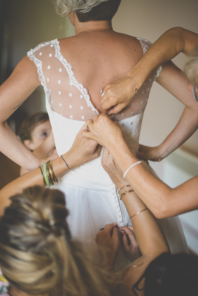 Wedding Photography Haute-Garonne - boutonnage de la robe de mariée - Wedding Photographer Saint-Gaudens