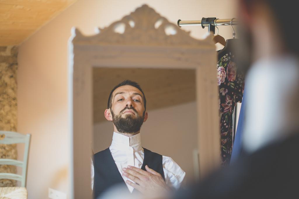 Wedding Photography Haute-Garonne - habillage du marié - Wedding Photographer Saint-Gaudens