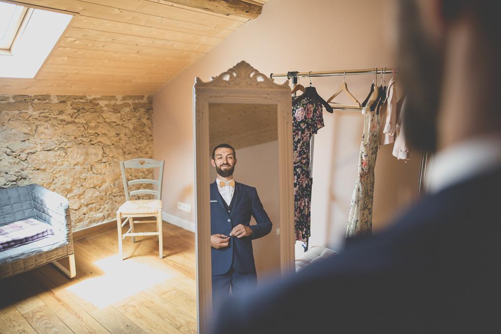 Wedding Photography Haute-Garonne - marié met sa veste - Wedding Photographer Saint-Gaudens