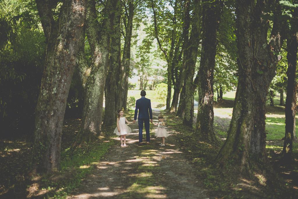 Wedding Photography Haute-Garonne - marié et ses filles au bout de l'allée - Wedding Photographer Saint-Gaudens
