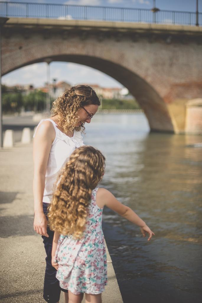Séance famille Haute-Garonne - mère et fille près de la rivière - Photographe famille Toulouse