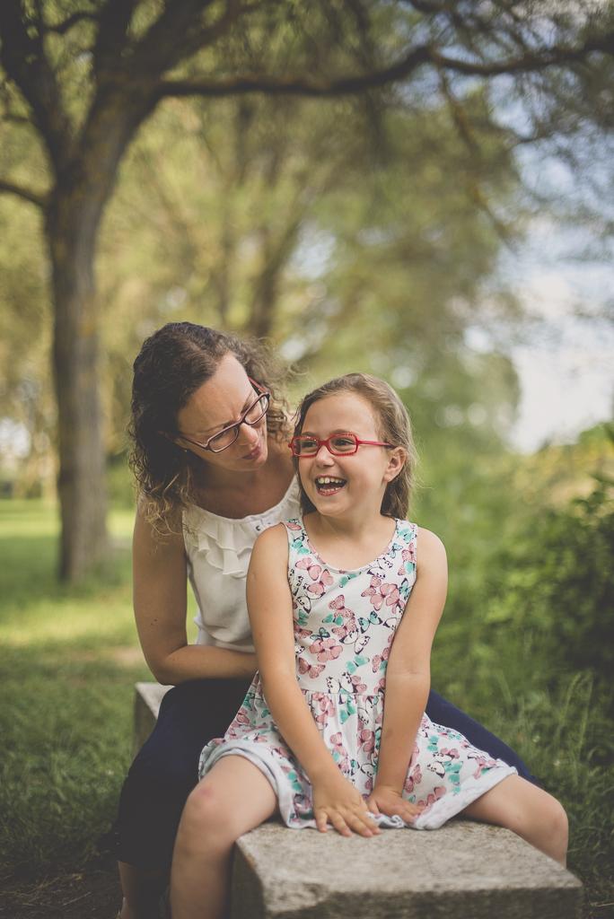 Séance famille Haute-Garonne - mère et fille assises sur banc rigolent - Photographe famille Toulouse