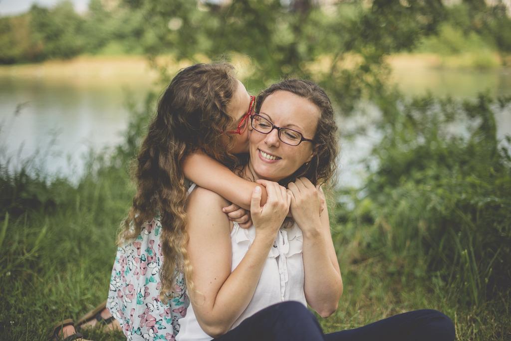 Séance famille Haute-Garonne - calin mère et fille dans l'herbe - Photographe famille Toulouse