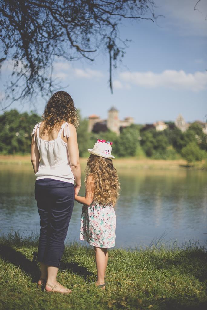 Séance famille Haute-Garonne - mère et fille de dos regardent la rivière - Photographe famille Toulouse
