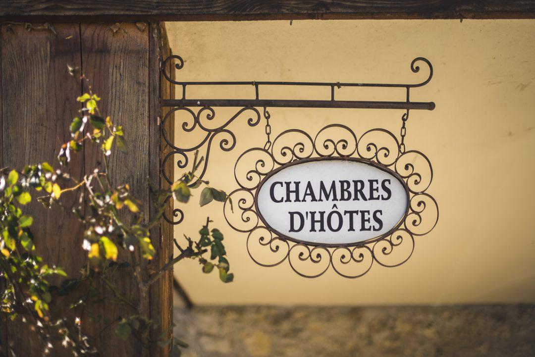 Séance photo chambres d'hôtes Ariège - panneau entrée - Photographe B&B