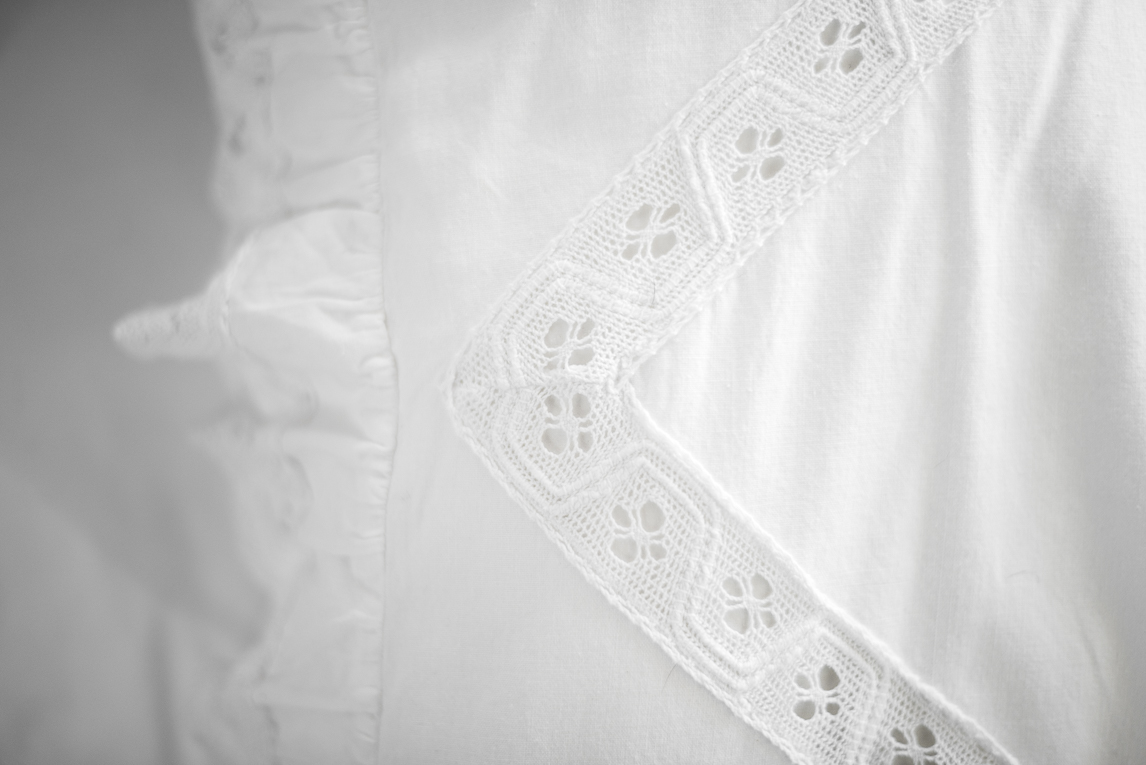 Photo-shoot B&B Ariège - linge de lit blanc en dentelle - Photographer B&B