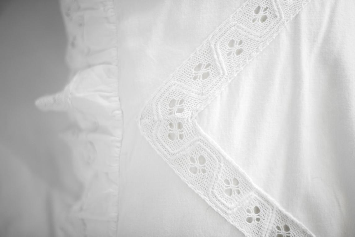 Séance photo chambres d'hôtes Ariège - linge de lit blanc en dentelle - Photographe B&B