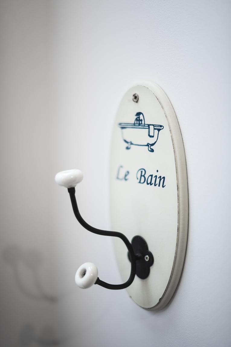 Séance photo chambres d'hôtes Ariège - ancien porte serviette - Photographe B&B