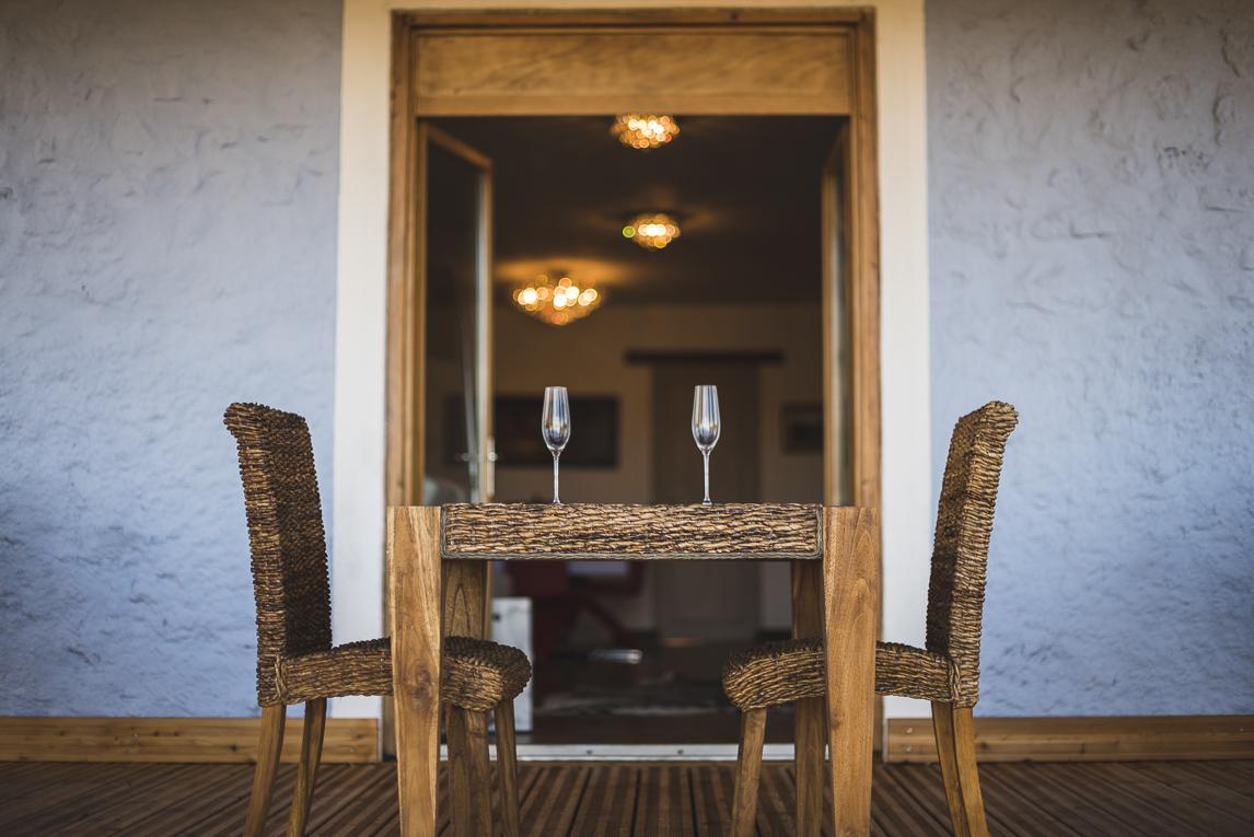 Séance photo chambres d'hôtes Ariège - table chaises et verres - Photographe B&B