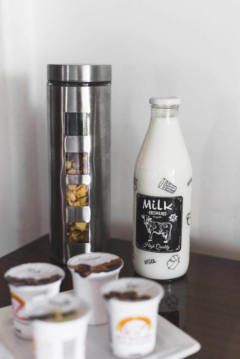 Séance photo chambres d'hôtes Ariège - lait céréales et yahourts - Photographe B&B