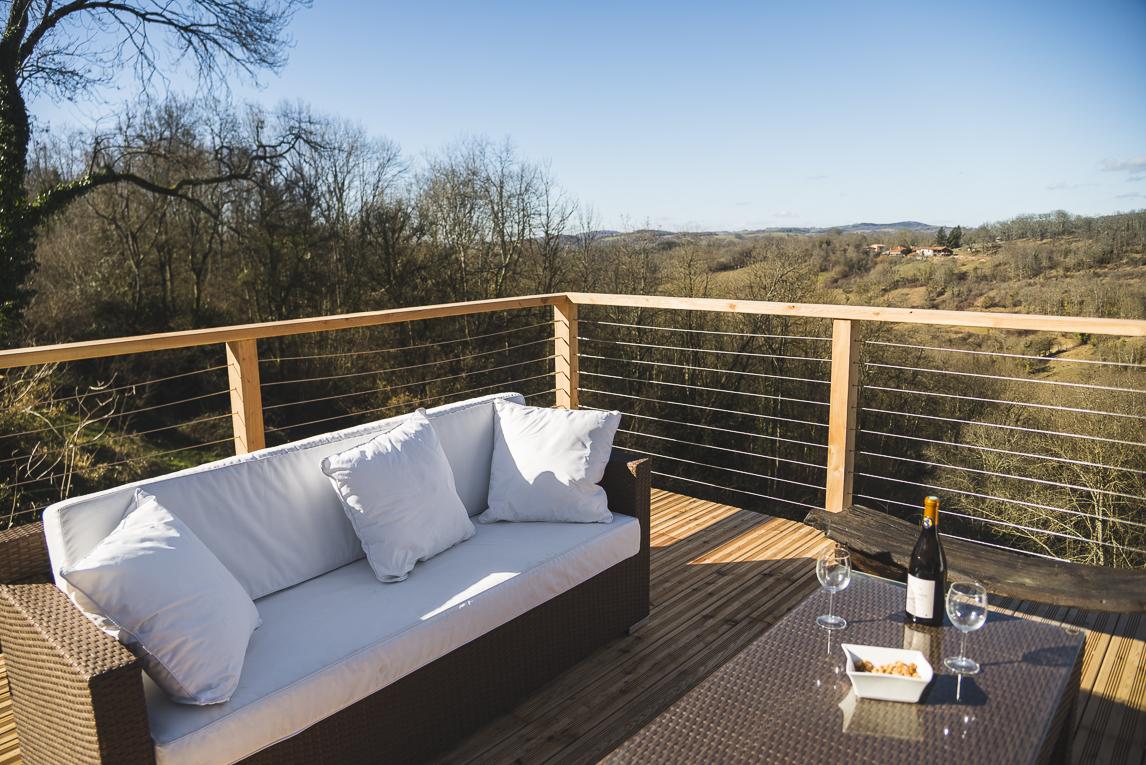 Séance photo chambres d'hôtes Ariège - apéritif en terrasse extérieure - Photographe B&B