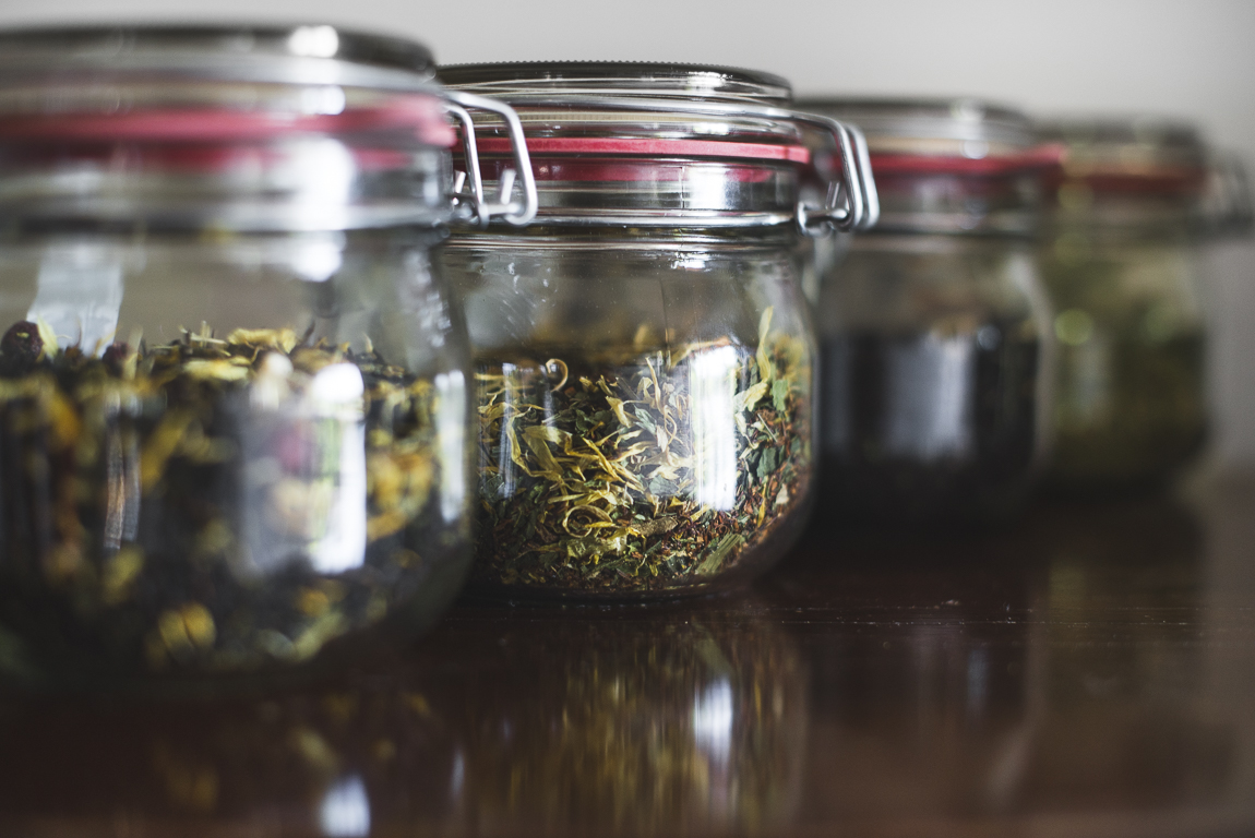 Séance photo chambres d'hôtes Ariège - bocaux de thé en verre - Photographe B&B