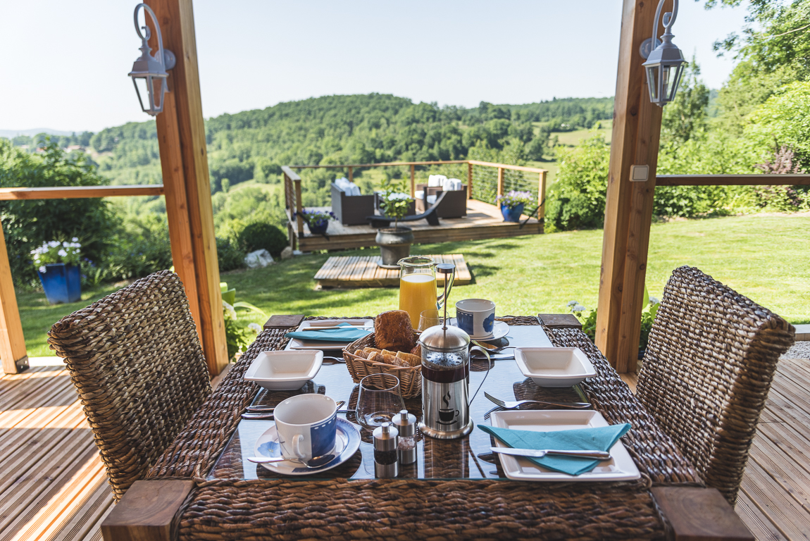Photo-shoot B&B Ariège - petit déjeuner en terrasse - Photographer B&B