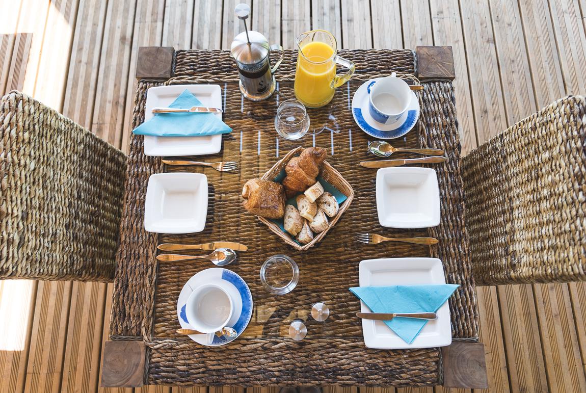 Séance photo chambres d'hôtes Ariège - table de petit déjeuner - Photographe B&B