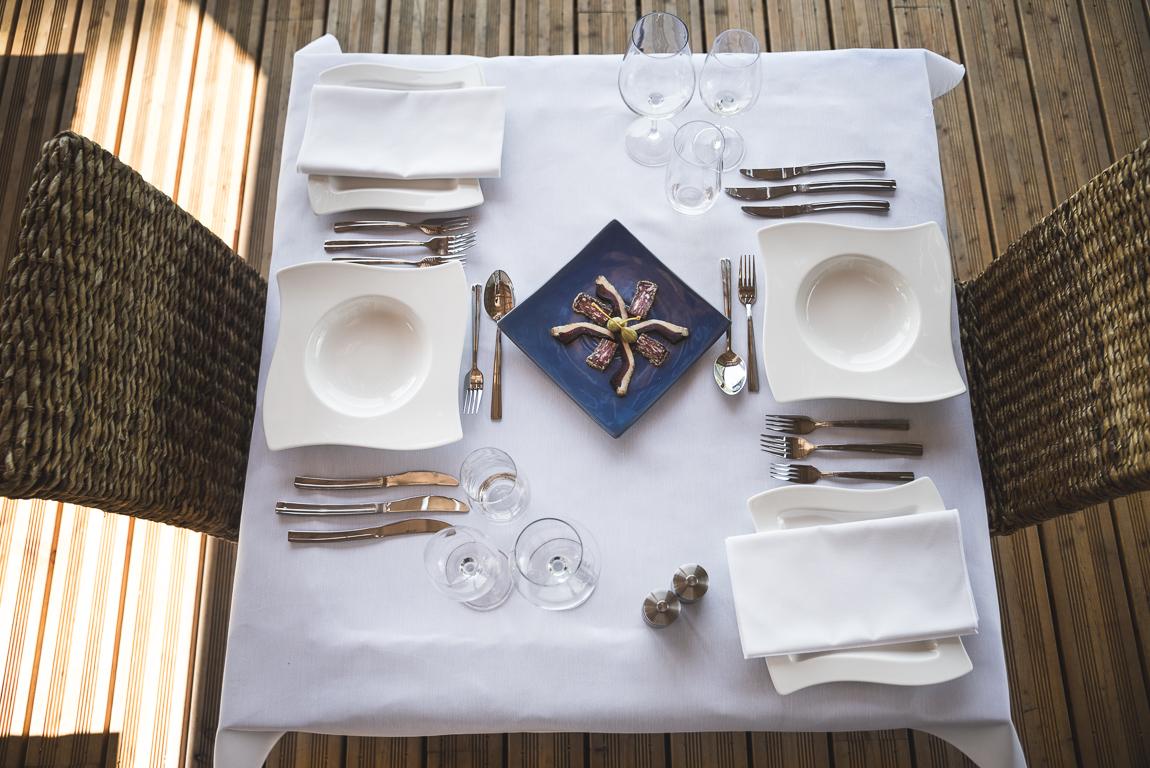 Séance photo chambres d'hôtes Ariège - table avec couverts et assiette apéritive - Photographe B&B