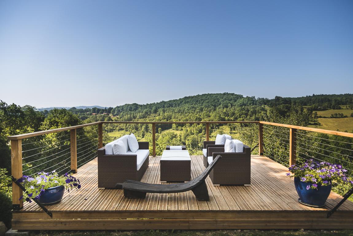 Séance photo chambres d'hôtes Ariège - canapés sur terrasse extérieure - Photographe B&B