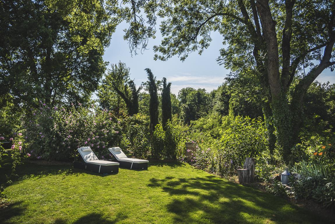 Séance photo chambres d'hôtes Ariège - jardin avec chaises longues - Photographe B&B