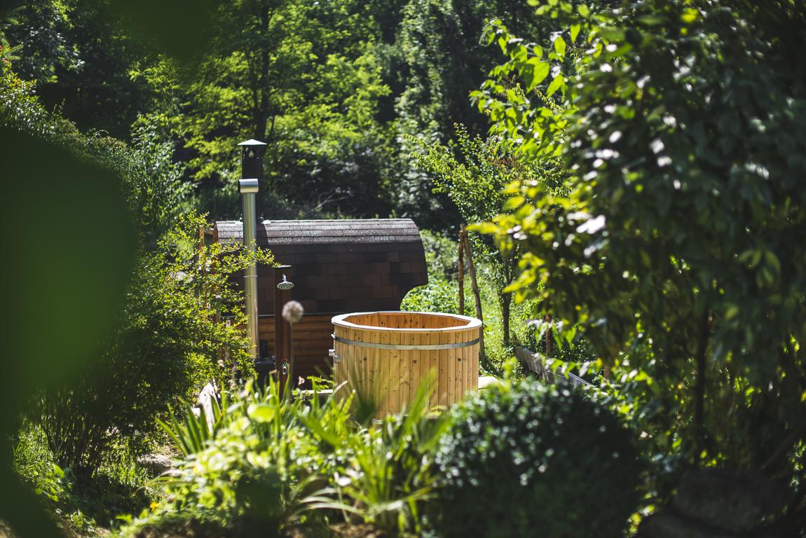 Séance photo chambres d'hôtes Ariège - sauna au milieu du jardin - Photographe B&B