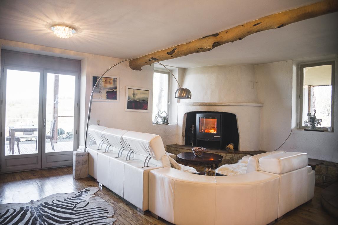 Séance photo chambres d'hôtes Ariège - salon avec cheminée - Photographe B&B