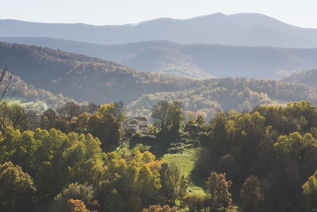 Séance photo chambres d'hôtes Ariège - bâtiment parmi les collines et bois - Photographe B&B