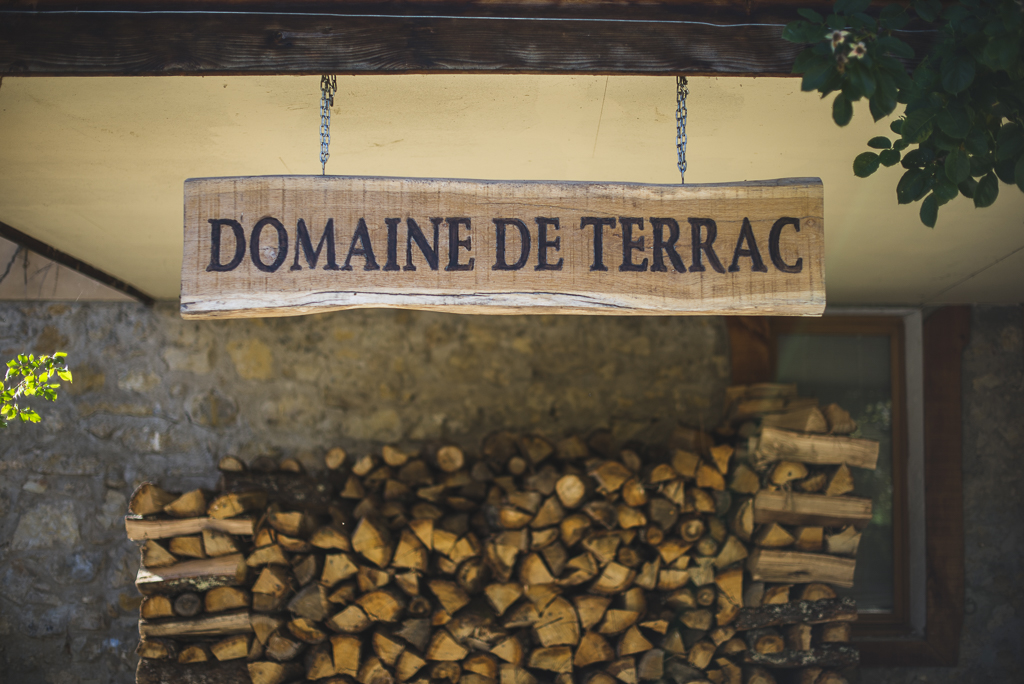 Séance photo chambres d'hôtes Ariège - panneau de bois - Photographe B&B