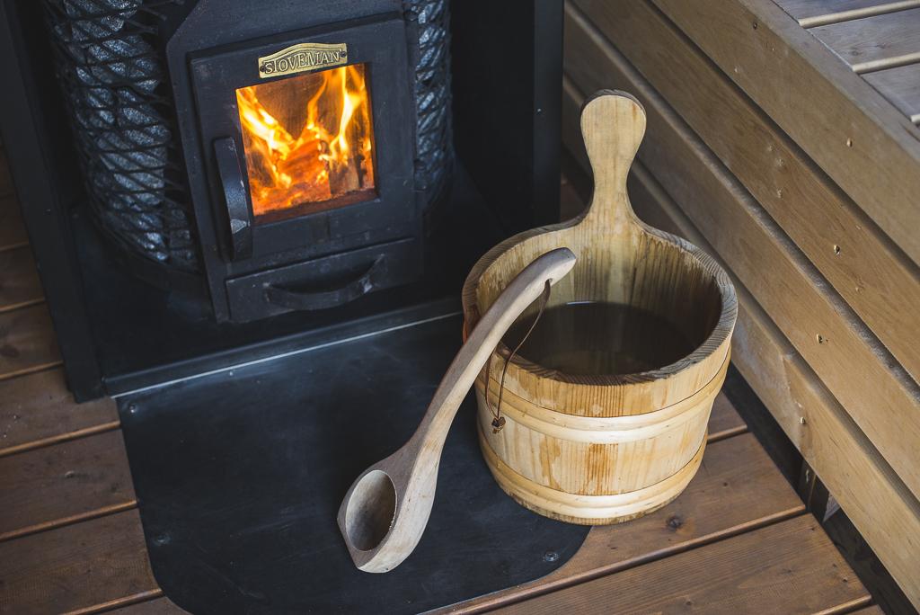 Séance photo chambres d'hôtes Ariège - seau de bois dans sauna - Photographe B&B