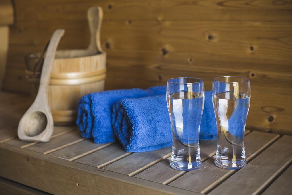Séance photo chambres d'hôtes Ariège - seau serviettes et verres d'eau dans sauna - Photographe B&B