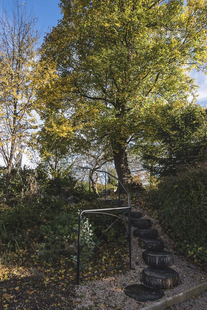 Séance photo chambres d'hôtes Ariège - escalier et arbre - Photographe B&B